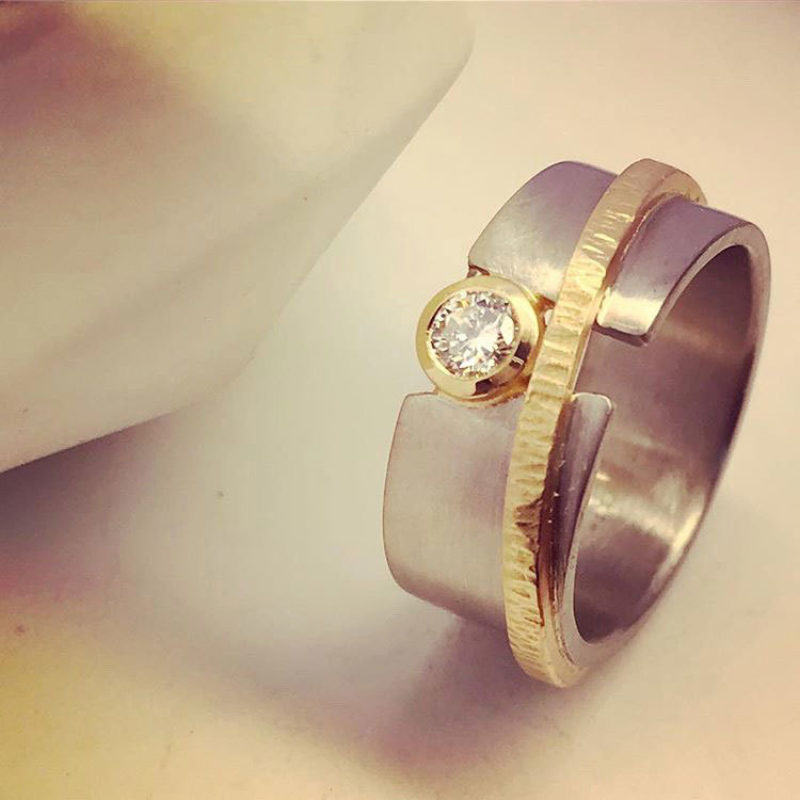 White gold diamond ring with 22ct yellow gold detailing